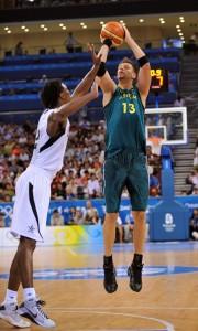 Davis Andersen lanza ante Chris Bosh en los JJOO de Pekín (Garrett W. Ellwood/NBAE via Getty Images)