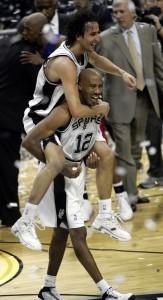 Alegría en los éxitos de los Spurs (Layne Murdoch/NBAE via Getty Images)
