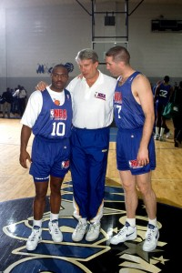 Don Nelson, junto a Chris Mullin y Tim Hardaway (Jon SooHoo/NBAE via Getty Images)