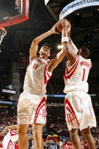 Yao Ming y Tracy McGrady en el rebote defensivo (Bill Baptist/NBAE via Getty Images)