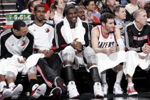 Sonrisas en el banquillo de los Blazers (Sam Forencich/NBAE via Getty Images)