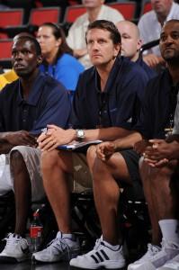 Chris Finch, en el banquillo de los Mavs durante la Liga de Verano (Garrett W. Ellwood/NBAE via Getty Images)