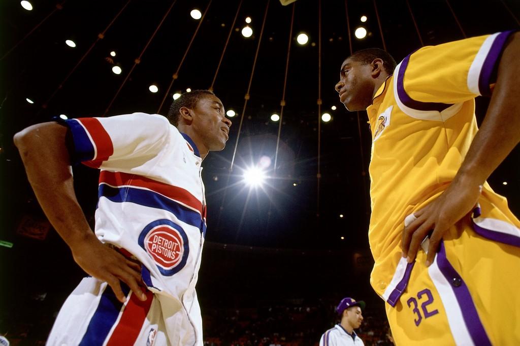 Isiah Thomas y Magic Johnson (Andrew D. Bernstein/NBAE via Getty Images)