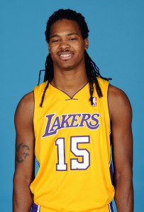 Mickael Gelabale posa con al camiseta de los Lakers (Juan Ocampo/NBAE via Getty Images)