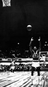 El tiro libre, uno de los pocos puntos débiles de Wilt (NBA Photo Library/NBAE via Getty Images)