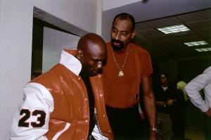 Wilt Chamberlain con Michael Jordan, en 1997 (Glenn James/NBAE via Getty Images)