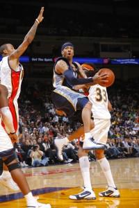 Allen Iverson penetra a canasta (Rocky Widner/NBAE via Getty Images)