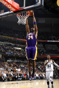 Kobe Bryant supera el récord anotador de Jerry West, anotando su punto 25.193. Copyright 2010 NBAE (Photo by Joe Murphy/NBAE via Getty Images)
