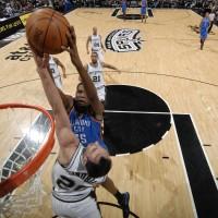 Manu Ginóbili le pone un tapón impresionante a Kevin Durant, quien se disponía a realizar un mate a dos manos. Ginóbili fue clave en la victoria de los Spurs ante los Thunder en el partido que enfrentó a ambos equipos el 24 de febrero en el AT&T Center de San Antonio
