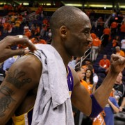 Kobe Bryant aprieta el puño en la celebración (Photo by Christian Petersen/Getty Images)