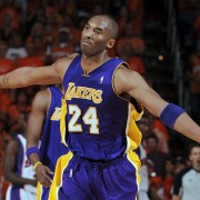 Kobe Bryant celebró de una forma especial la canasta definitiva del partido (Photo by Andrew D. Bernstein/NBAE via Getty Images)