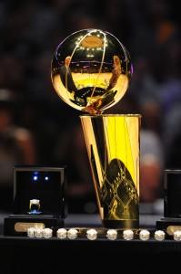 Trofeo y anillos de campeones de la NBA (Photo by Andrew D. Bernstein/NBAE via Getty Images)