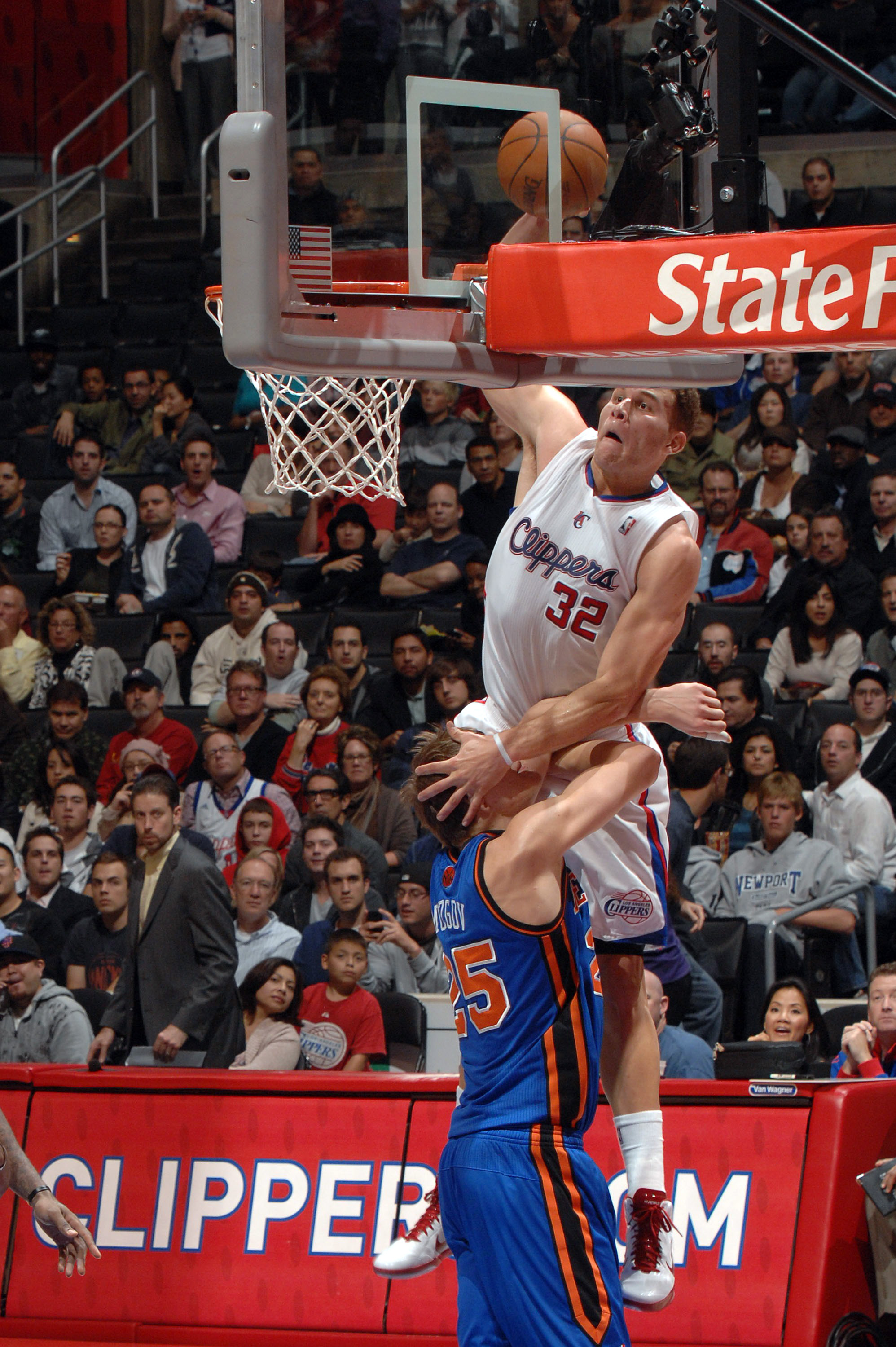 Blake Griffin, sobre Mozgov. Copyright 2010 NBAE (Photo by Noah Graham/NBAE via Getty Images)