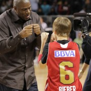 Magic Johnson saluda a Justin Bieber (Foto: Getty)