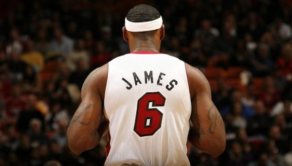 La camiseta más vendida esta temporada en la NBA Store. Copyright NBAE 2010 (Photo by Issac Baldizon/NBAE via Getty Images)
