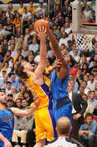 Gasol recibe un tapón de Haywood. Copyright 2011 NBAE (Photo by Andrew D. Bernstein/NBAE via Getty Images)