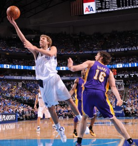 Gasol se vio superado por Nowitzki. Copyright 2011 NBAE (Photo by Andrew D. Bernstein/NBAE via Getty Images)