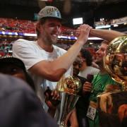 Dirk Nowitzki lo celebra con el público