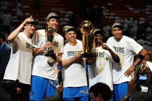 Los Mavs reciben el trofeo de campeones
