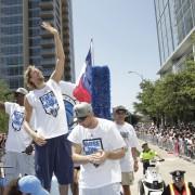 Dirk Nowitzki saluda al público durante el desfile de los campeones