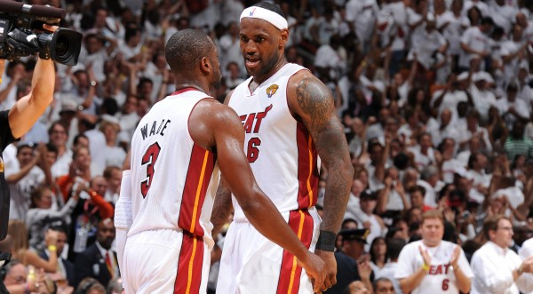 LeBron James y Dwyane Wade celebraron antes de tiempo. Copyright 2011 NBAE (Photo by Andrew D. Bernstein/NBAE via Getty Images)